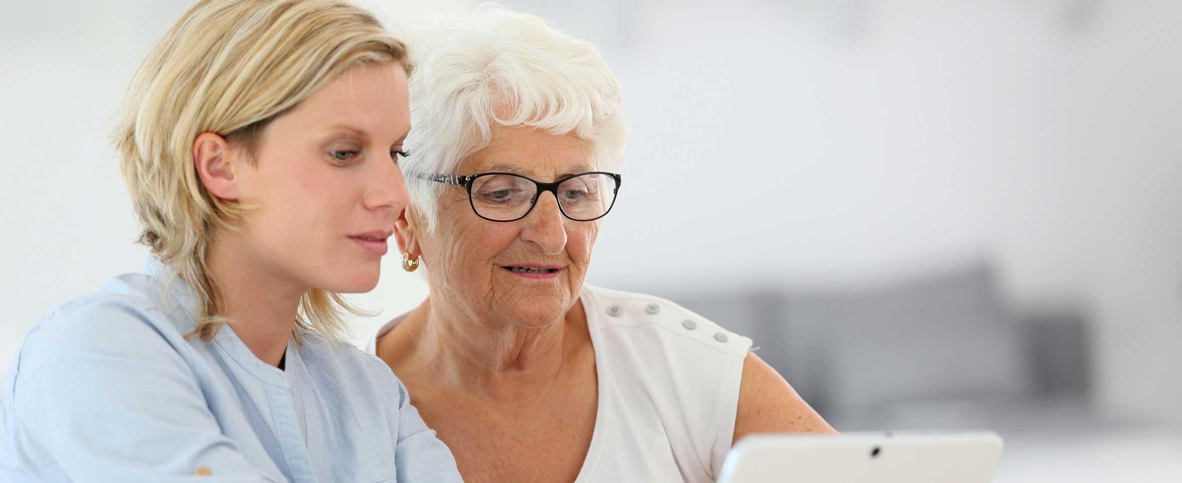 Deux femmes regardant une tablette - VISIOLE