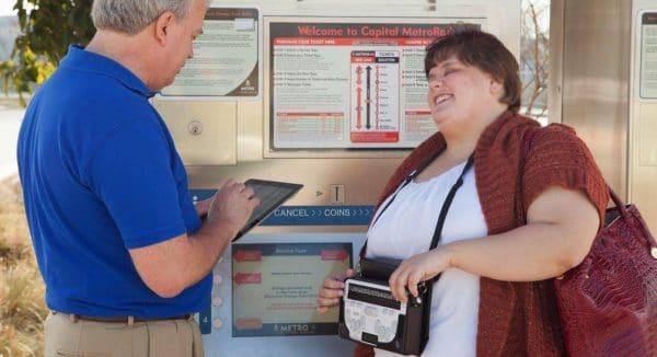 une femme utilise le Braille Sense U2 Azerty en bandoulière