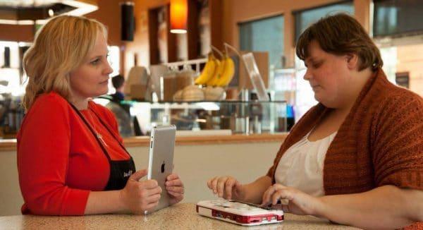 une femme avec le Bloc note Braille Sense U2 Perkins posé sur une table