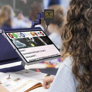 Une étudiante en cours avec la TOPOLINO TABLET