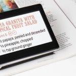 Lecture d'un magazine avec la loupe électronique MANO TOUCH 5