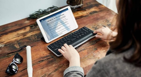 Plage Braille Qbraille XL sur un bureau en connexion sur une tablette