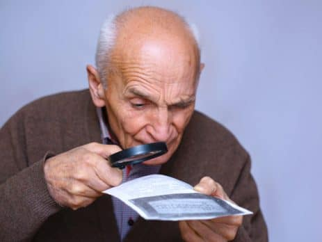 Un vieil homme avec une basse vision
