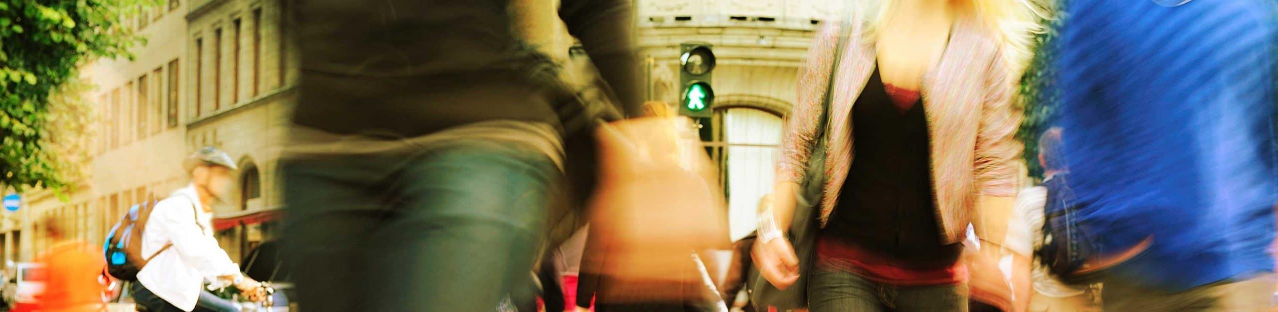 gros plan sur des personnes marchant dans la rue