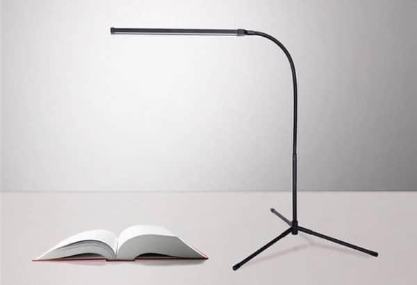 Lampe multi usage sur un bureau