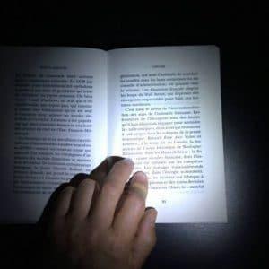 livre éclairé par le clip lumière pour lunettes