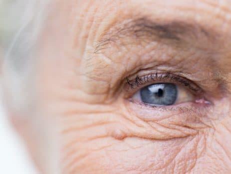 Gros plan d'un oeil d'une femme sénior