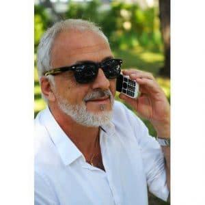 un homme avec le téléphone MiniVision à l'oreille