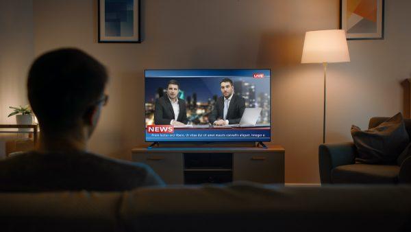 Lunettes max tv senior devant une télévision