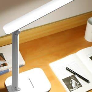 lampe de lecture au dessus d'un magazine