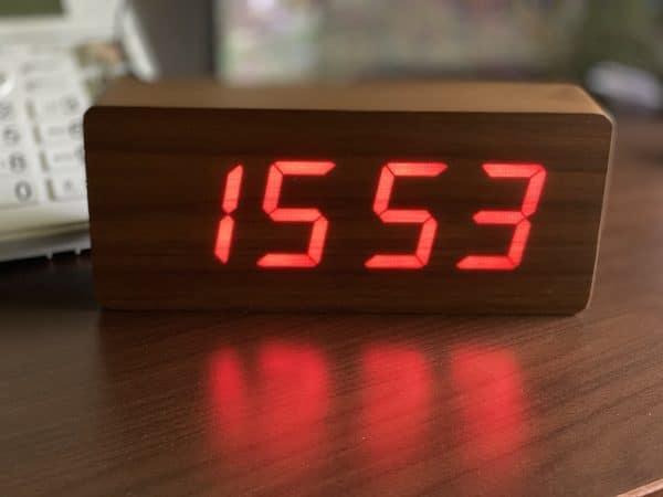 Horloge gros caractères rouge sur bois couleur noyer