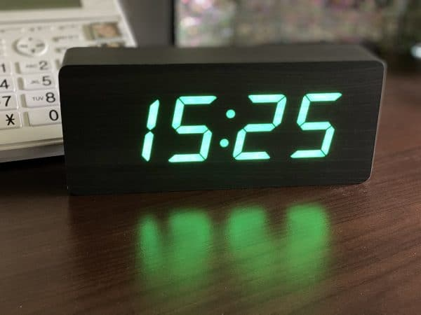 Horloge gros chiffres Vert sur fond bois noir