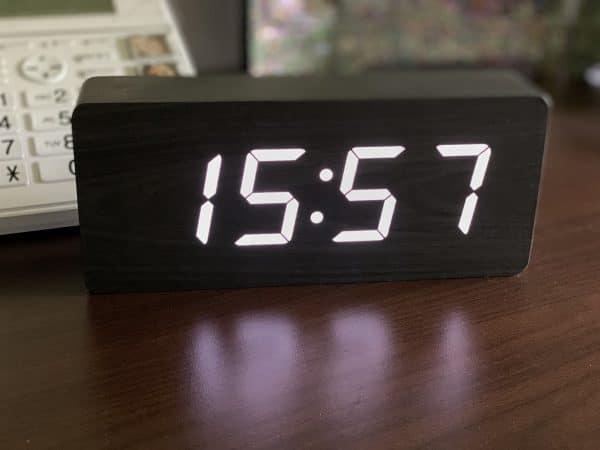 Horloge gros caractères chiffres Blancs sur fond bois noir