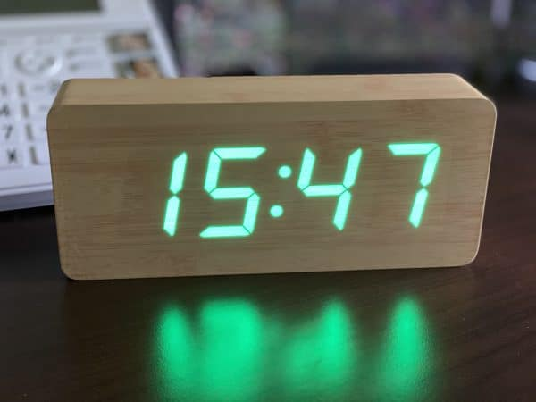 horloge gros caractères vert sur fond hetre
