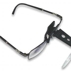 loupe clip fixée sur une paire de lunette de vue